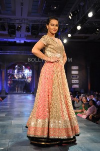 13feb ManishMalhotra Intrvw06 199x300 BollySpice.com chats with Manish Malhotra about all things fashion!