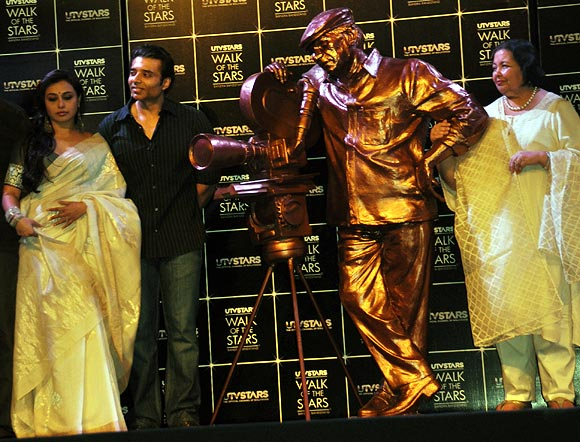 yashchopralaunch02 Incredible Yash Chopra Statue for Bollywood Walk of Fame revealed!