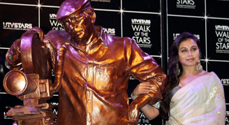 yashchoprastatue Incredible Yash Chopra Statue for Bollywood Walk of Fame revealed!
