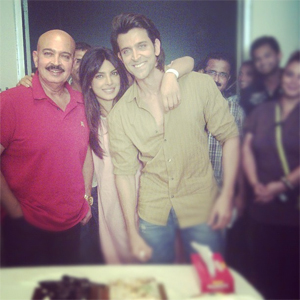 13apr roshansanniv Rakesh and Pinky Roshan celebrate their 42nd anniversary on the sets of Krrish 3