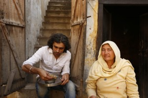 Imtiaz Ali enjoys a simple meal cooked by the resident of the house he was shooting in for HIGHWAY Village Dayalpur Haryana 300x200 Imtiaz Ali enjoys a simple meal cooked by the resident of the house he was shooting in for HIGHWAY, Village Dayalpur Haryana
