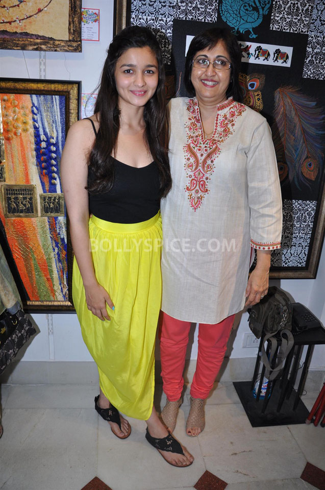 13jun AliaBhattSPLASSH01 Alia Bhatt unveils the painting exhibition 'SPLASSH'