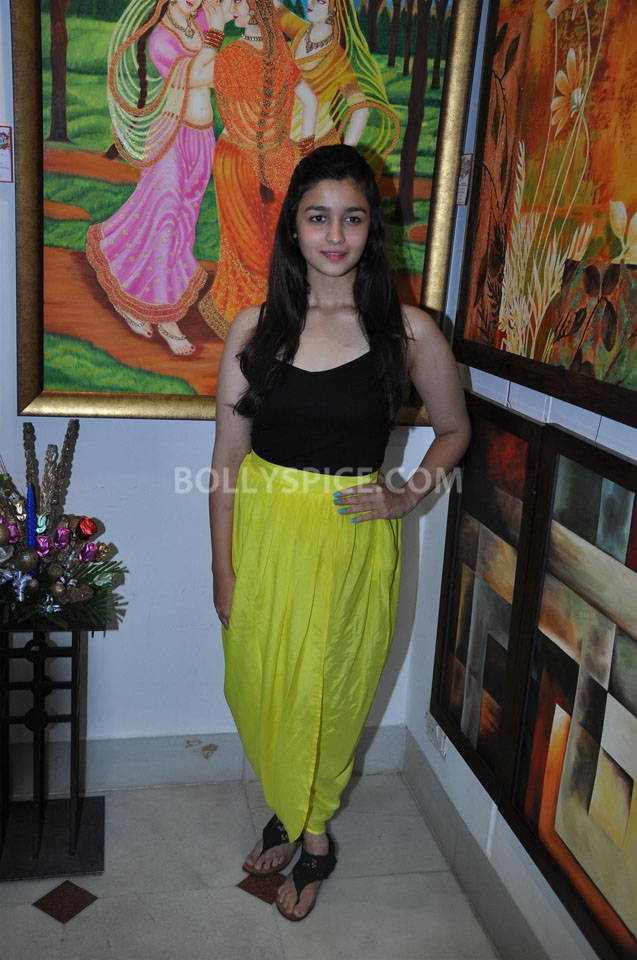 13jun AliaBhattSPLASSH02 Alia Bhatt unveils the painting exhibition 'SPLASSH'