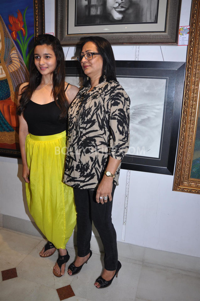 13jun AliaBhattSPLASSH03 Alia Bhatt unveils the painting exhibition 'SPLASSH'