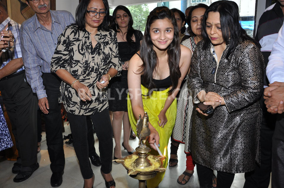 13jun AliaBhattSPLASSH04 Alia Bhatt unveils the painting exhibition 'SPLASSH'