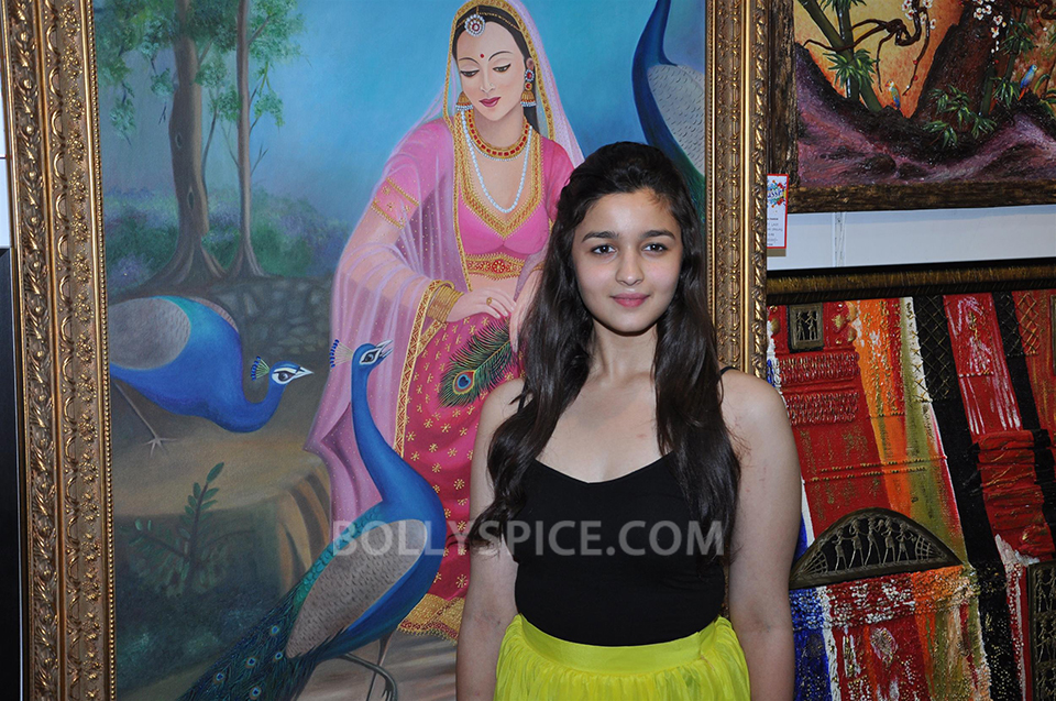 13jun AliaBhattSPLASSH05 Alia Bhatt unveils the painting exhibition 'SPLASSH'