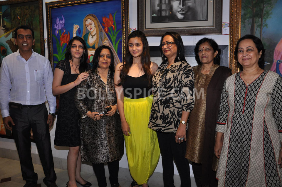 13jun AliaBhattSPLASSH07 Alia Bhatt unveils the painting exhibition 'SPLASSH'