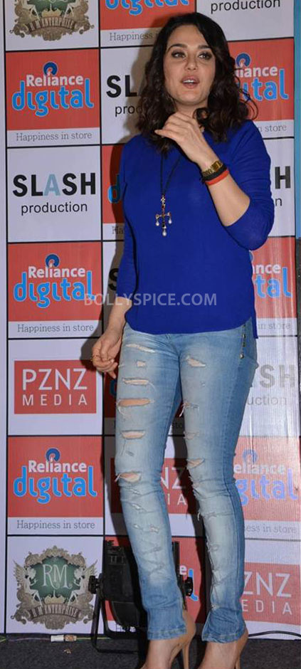 13jun Preity IIParis Cast01 Preity Zinta visits Reliance Digital Stores to promote Ishkq in Paris