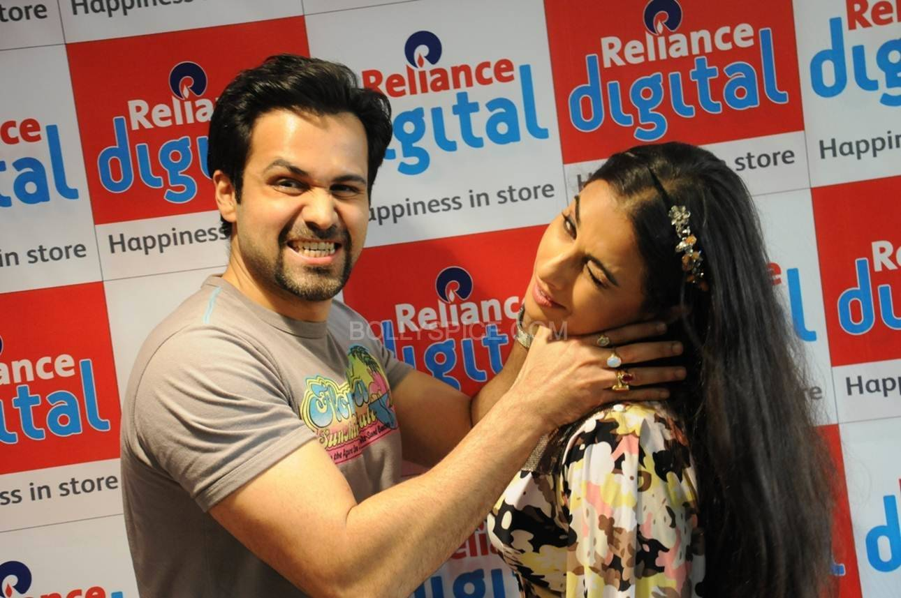 Emraan Hashmi and Vidya Balan Strike a Funny Pose at Reliance Digital Ahmedabad. Vidya and Emraan Visit Reliance Digital Store in Ahmadabad for Ghanchakkar