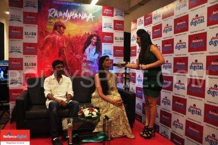 Sonam speaks to the host at Reliance Digital Sonam and Dhanush visit Reliance Digital Store to Promote Raanjhanaa!