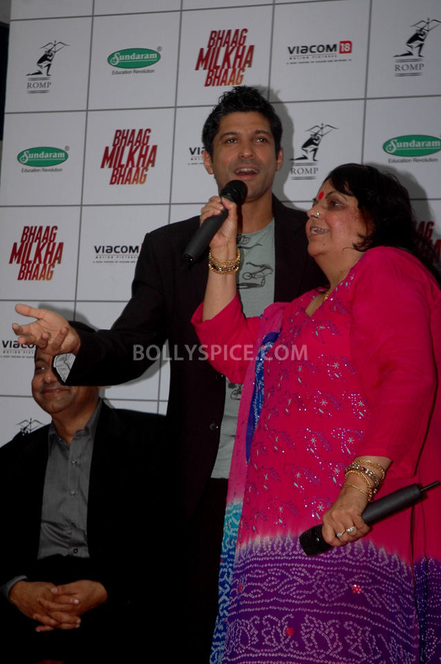 13jul BMB FarhanBook01 Farhan Akhtar launched Bhaag Milkha Bhaag notebook in his ex school