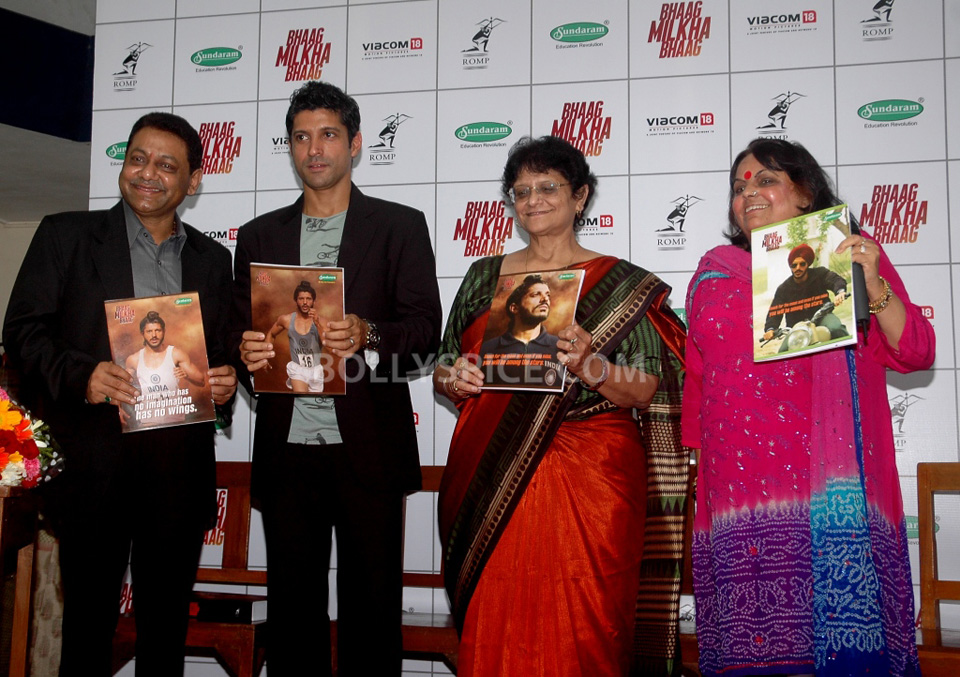13jul BMB FarhanBook03 Farhan Akhtar launched Bhaag Milkha Bhaag notebook in his ex school