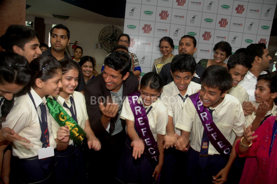 13jul BMB FarhanBook05 Farhan Akhtar launched Bhaag Milkha Bhaag notebook in his ex school