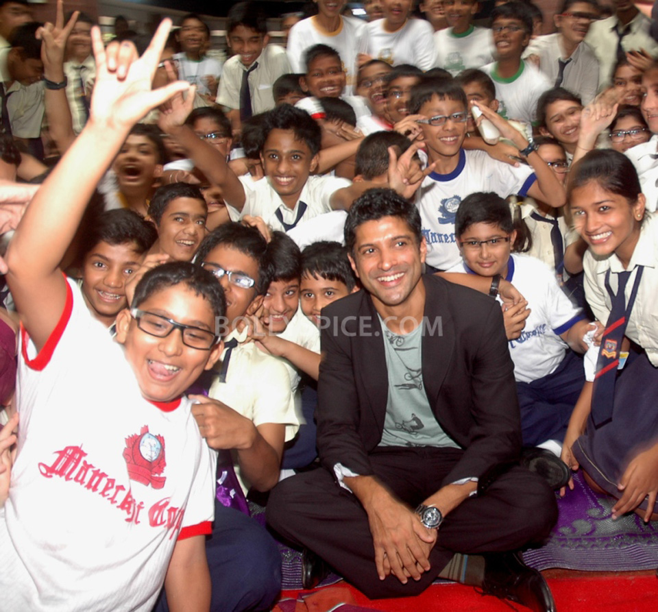 13jul BMB FarhanBook06 Farhan Akhtar launched Bhaag Milkha Bhaag notebook in his ex school