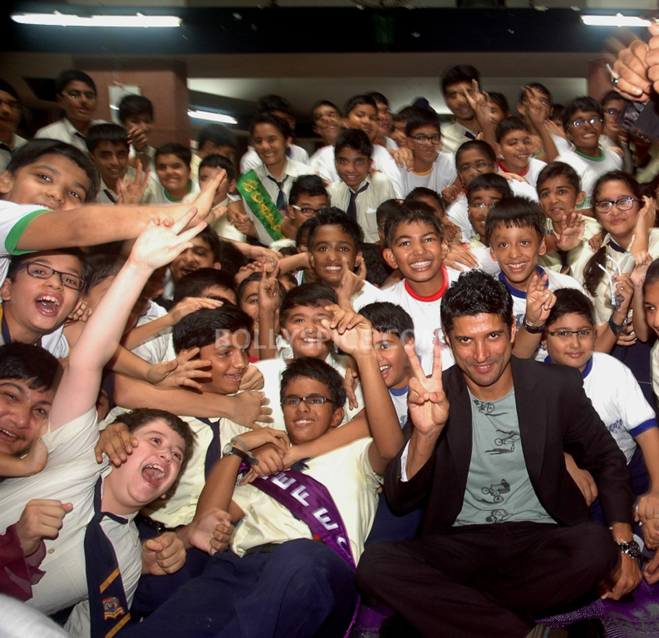 13jul BMB FarhanBook07 Farhan Akhtar launched Bhaag Milkha Bhaag notebook in his ex school