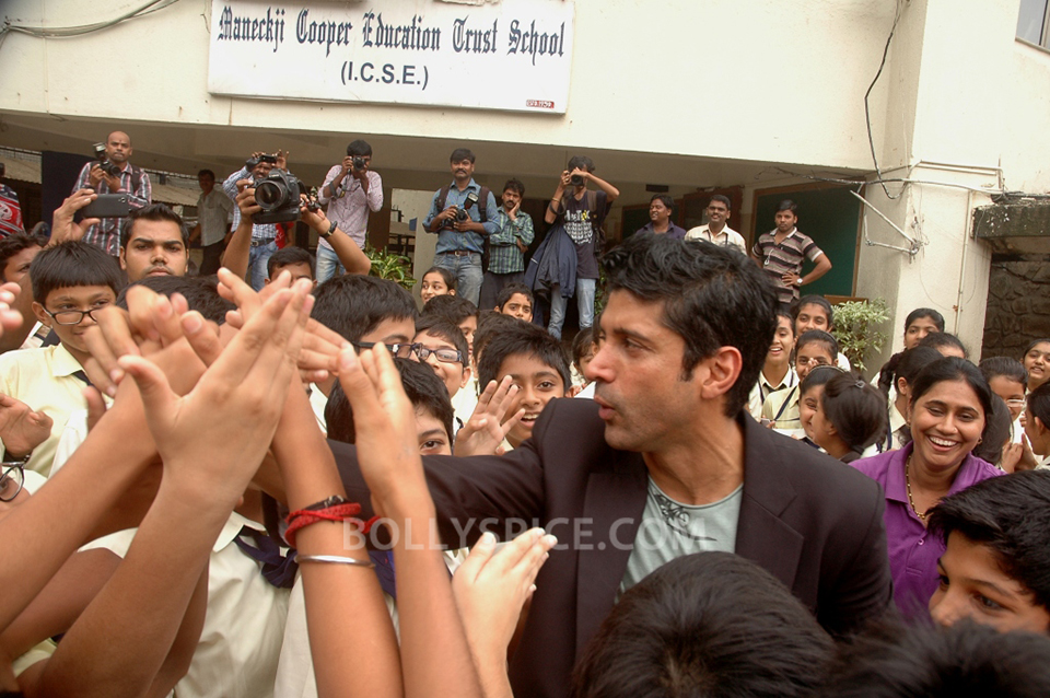 13jul BMB FarhanBook08 Farhan Akhtar launched Bhaag Milkha Bhaag notebook in his ex school
