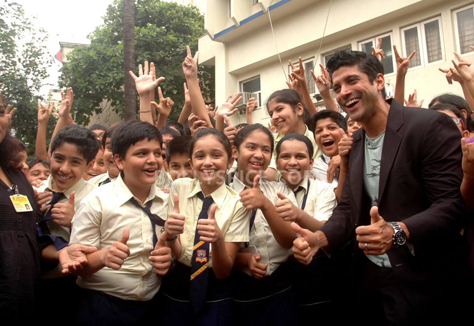 13jul BMB FarhanBook10 Farhan Akhtar launched Bhaag Milkha Bhaag notebook in his ex school