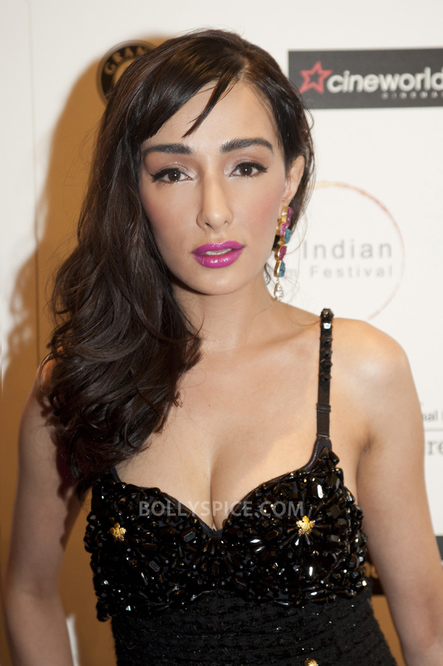 13jul FerynaWazheir RedCarpetLIFF05 Brit Bollywood Star Feryna Wazheir shines on red carpet at London Indian Film Festival