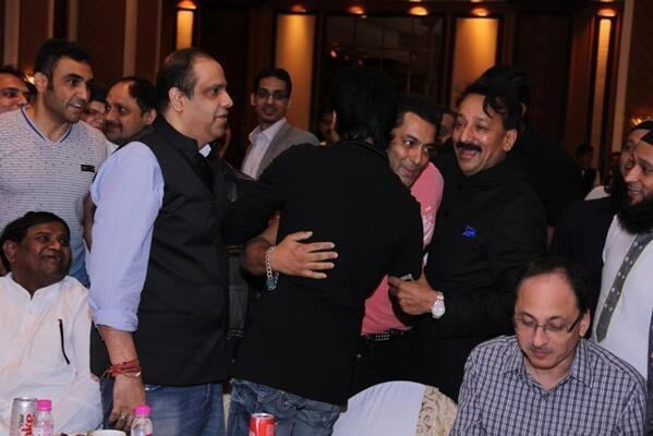 13jul Salman SRK Hug01 Shah Rukh Khan and Salman Khan put aside their differences and hug their feud out!