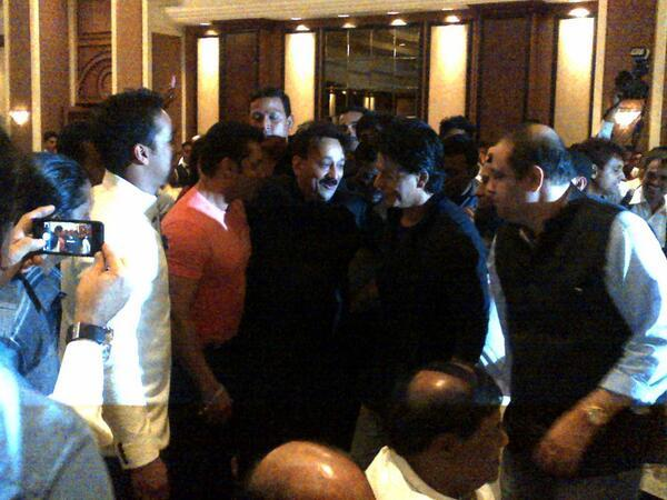13jul Salman SRK Hug02 Shah Rukh Khan and Salman Khan put aside their differences and hug their feud out!