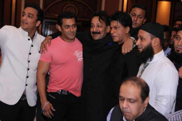 13jul Salman SRK Hug03 Shah Rukh Khan and Salman Khan put aside their differences and hug their feud out!