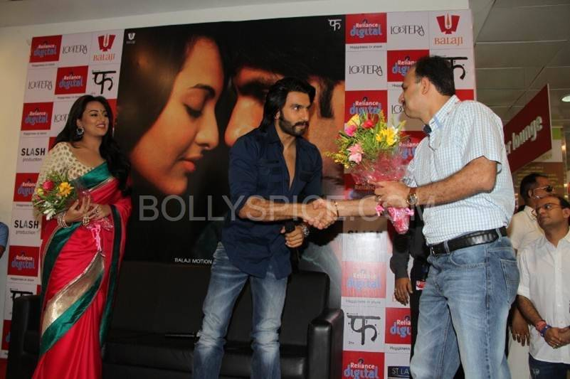 Ranveer Singh and Sonakshi Sinha being Greeted at Reliance Digital In Pictures: Ranveer Singh and Sonakshi Sinha visit Reliance Digital in Ahmedabad for Lootera