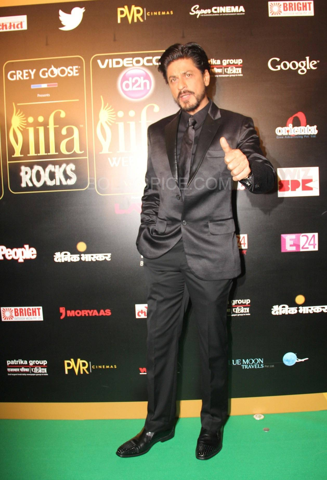 Shahrukh Khan at IIFA Rocks Green carpet More from IIFA Rocks including winners and more Green Carpet pics! Pics added!