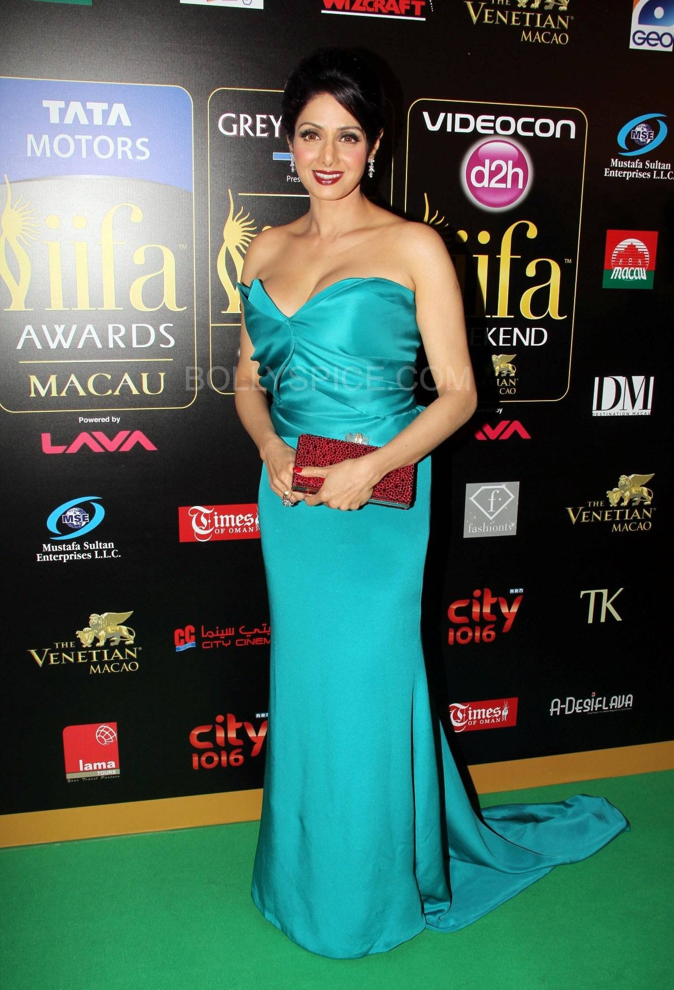Sridevi at IIFA Rocks Green carpet More from IIFA Rocks including winners and more Green Carpet pics! Pics added!