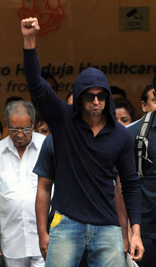 hrithikleaveshospital03 Hrithik Roshan Released from Hospital!