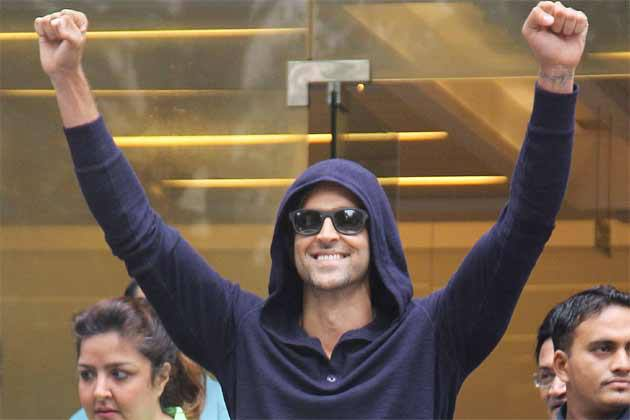 hrithikleaveshospital04 Hrithik Roshan Released from Hospital!