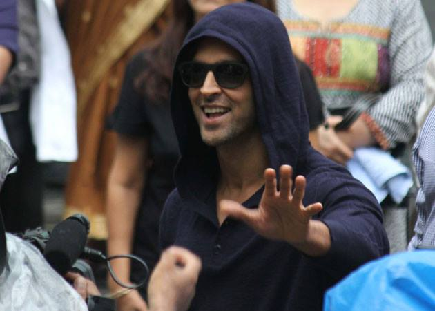hrithikleaveshospital05 Hrithik Roshan Released from Hospital!