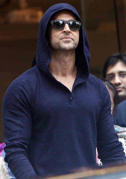 hrithikleaveshospital06 Hrithik Roshan Released from Hospital!