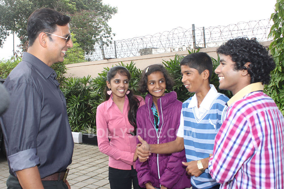 13aug Akshay 72Mile Children01 Akshay Kumar meets the child actors of 72 Miles Ek Pravas