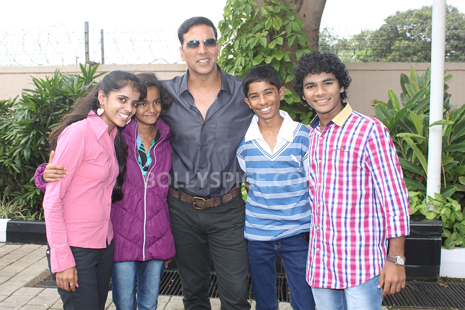 13aug Akshay 72Mile Children02 Akshay Kumar meets the child actors of 72 Miles Ek Pravas