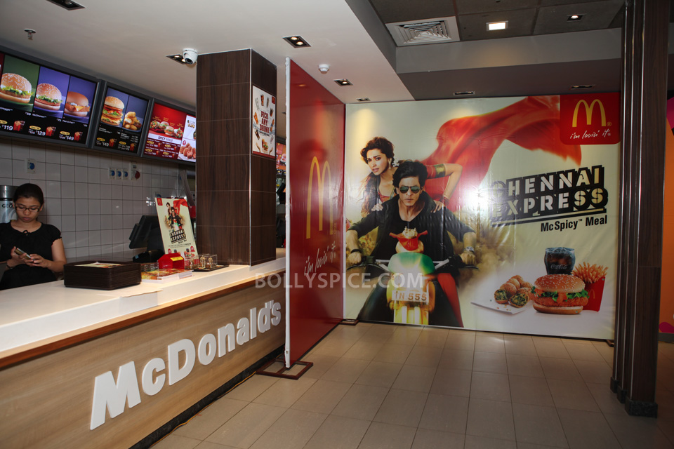 13aug CE SRK MeetDelhi01 In Pictures and Video: Meet and Greet with King Khan in Delhi for the Chennai Express McSpicy Meal