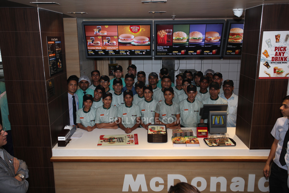13aug CE SRK MeetDelhi02 In Pictures and Video: Meet and Greet with King Khan in Delhi for the Chennai Express McSpicy Meal