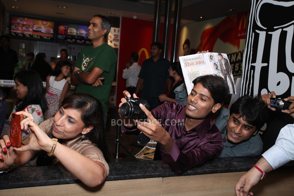 13aug CE SRK MeetDelhi03 In Pictures and Video: Meet and Greet with King Khan in Delhi for the Chennai Express McSpicy Meal