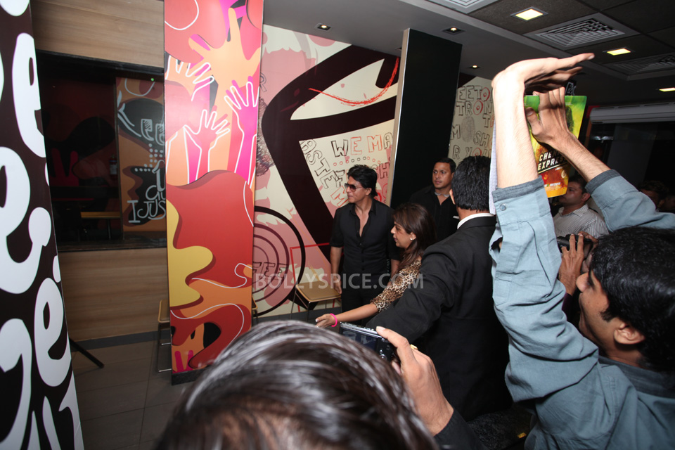 13aug CE SRK MeetDelhi04 In Pictures and Video: Meet and Greet with King Khan in Delhi for the Chennai Express McSpicy Meal