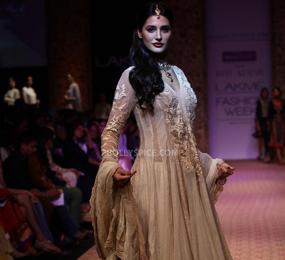 13aug Nargis RituLFW01 Nargis Fakhri walks the ramp for designer Ritu Kumar at LFW 2013