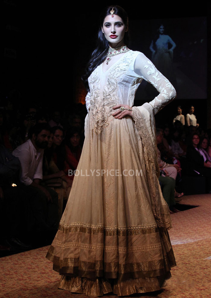 13aug Nargis RituLFW05 Nargis Fakhri walks the ramp for designer Ritu Kumar at LFW 2013
