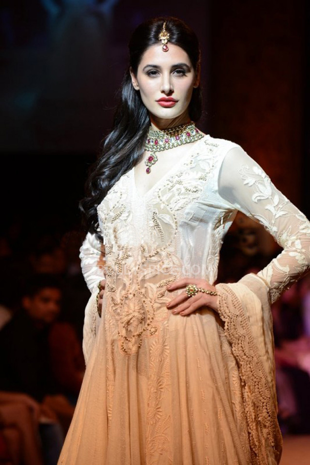 13aug Nargis RituLFW06 Nargis Fakhri walks the ramp for designer Ritu Kumar at LFW 2013