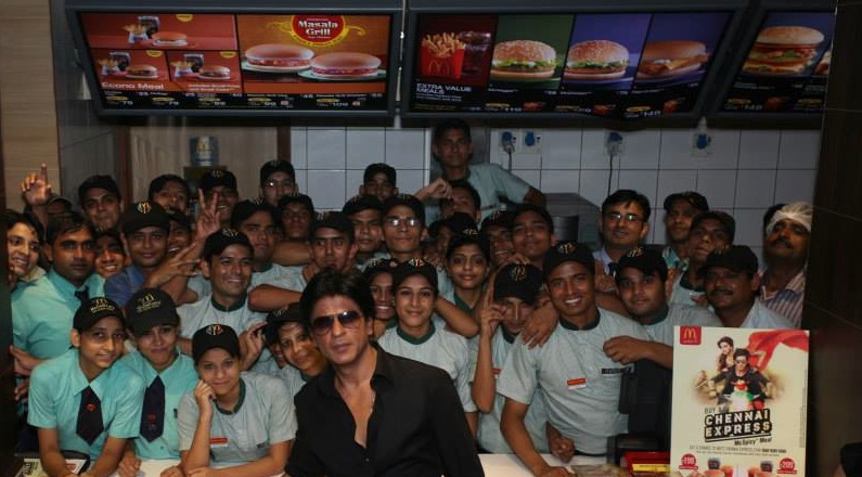 srkchennaiexpressmcdonadls In Pictures and Video: Meet and Greet with King Khan in Delhi for the Chennai Express McSpicy Meal