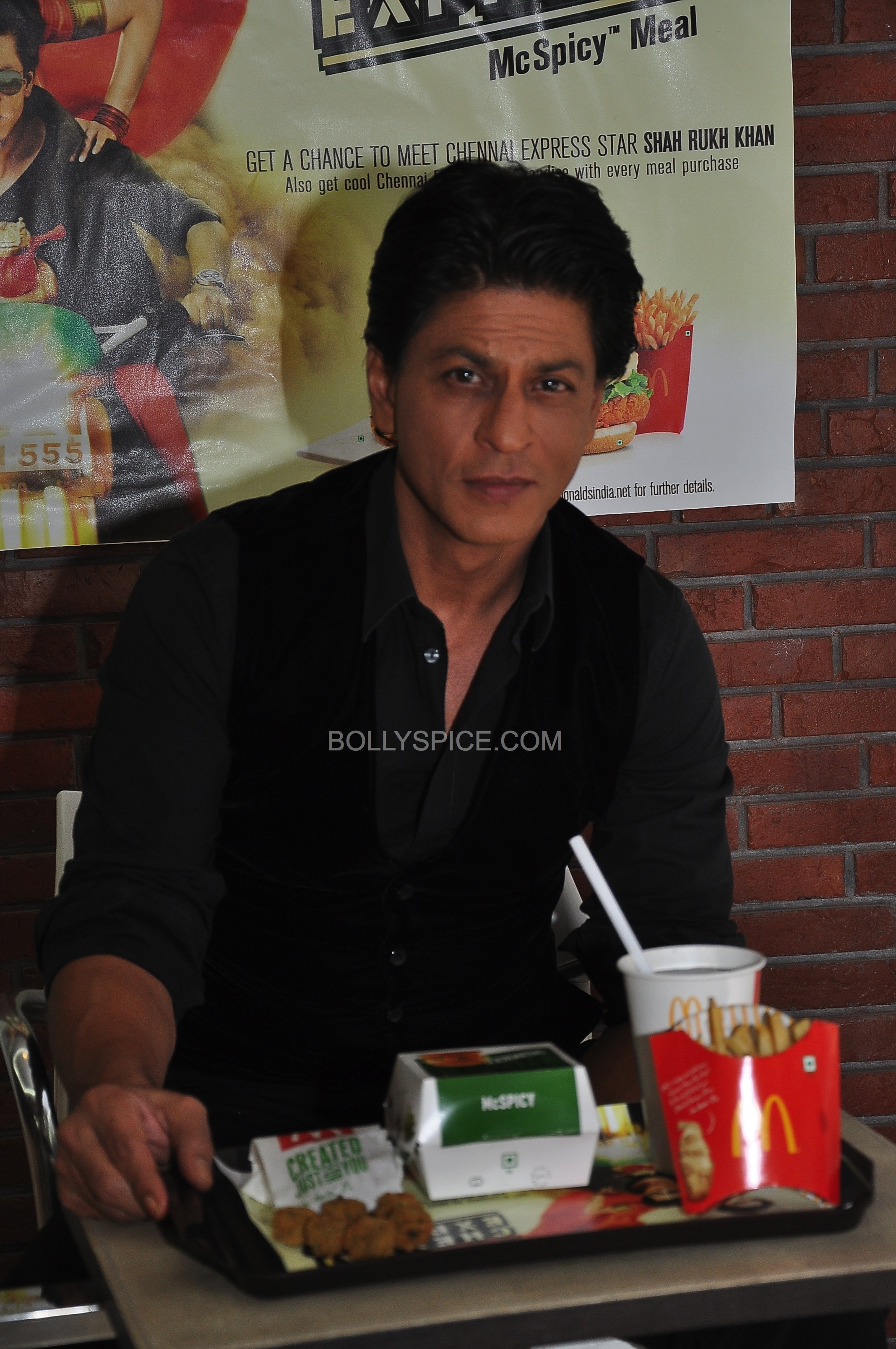 srkchennaiexpressmcdonalds04 e1375459004258 In Pictures and Video: Meet and Greet with King Khan in Delhi for the Chennai Express McSpicy Meal