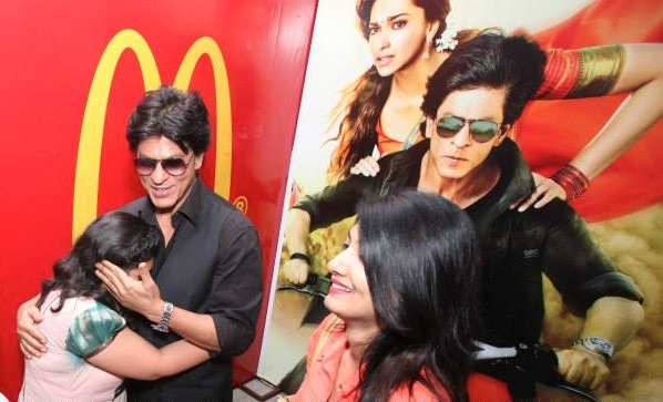 srkchennaiexpressmecdonaldshug In Pictures and Video: Meet and Greet with King Khan in Delhi for the Chennai Express McSpicy Meal