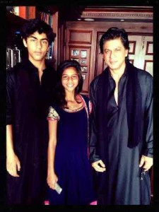 srkeid01 225x300 Shah Rukh Khans Eid celebrations with family and fans