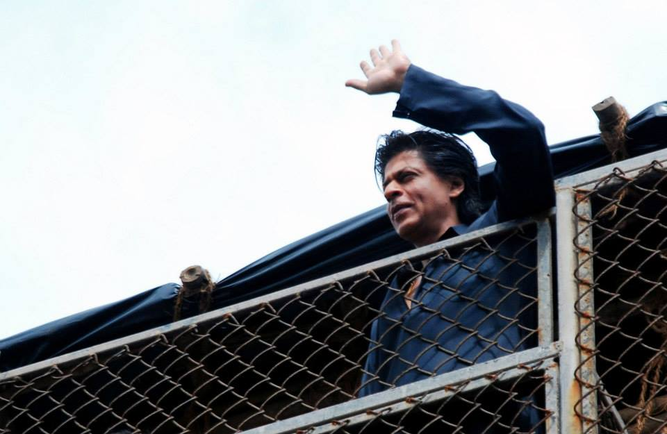 srkeid04 Shah Rukh Khans Eid celebrations with family and fans