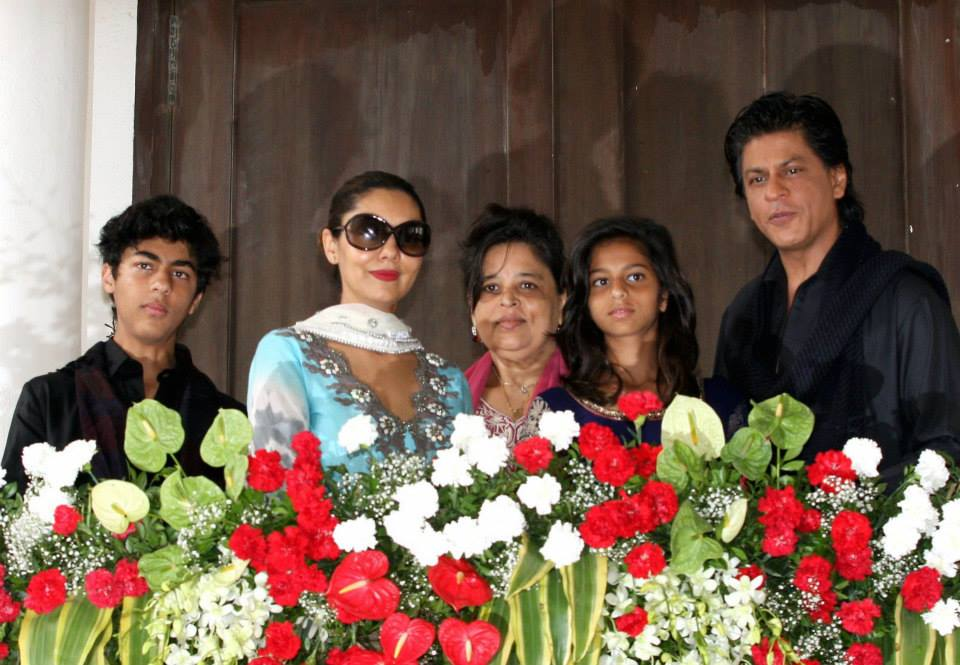 srkeid05 Shah Rukh Khans Eid celebrations with family and fans