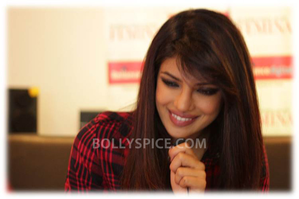 13sep Priyanka RelianceTimesquare03 Priyanka Chopra at Reliance Digital store at Timesquare, Andheri