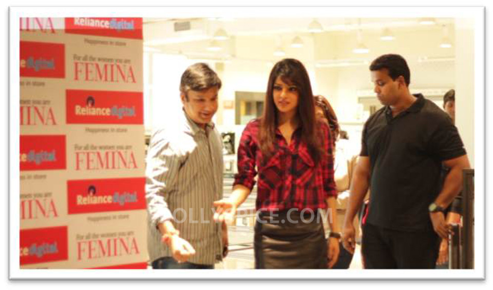 13sep Priyanka RelianceTimesquare04 Priyanka Chopra at Reliance Digital store at Timesquare, Andheri