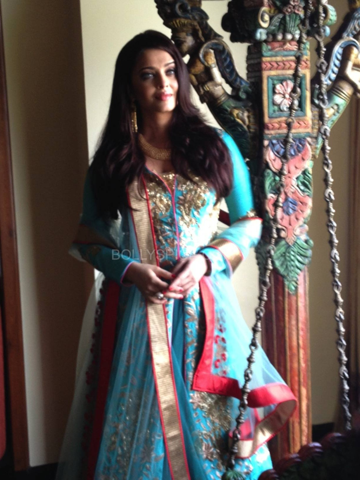 aishwaryaatkaylan11 e1378583804447 Aishwarya Rai Bachchan at opening of Kalyan Jewellers in Surat Exclusive Pic!
